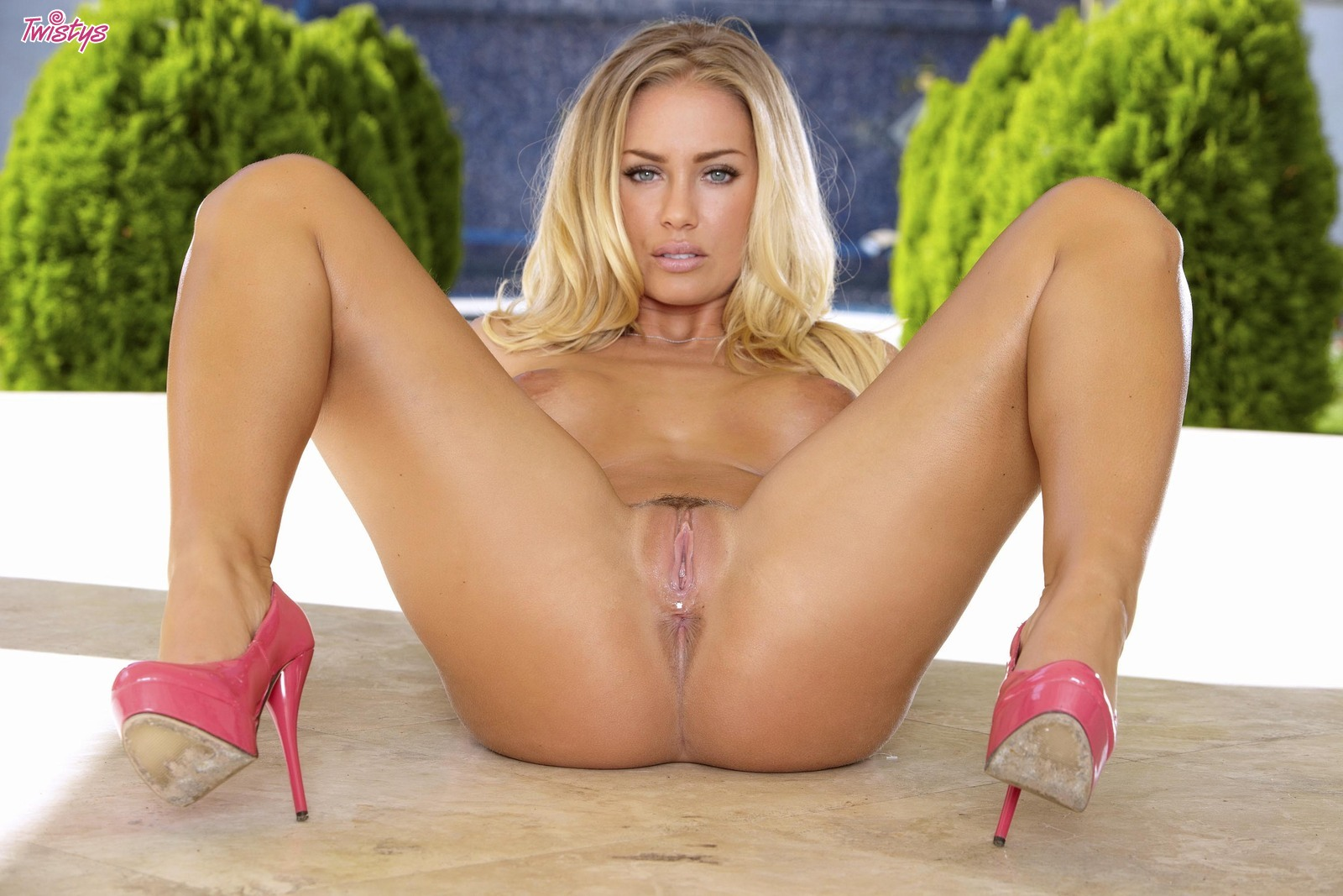 Perfectly classic – Nicole Aniston